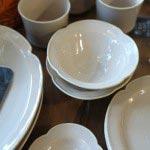 カフェ&エクリュ食器。フランスでは幸せのお守りとされているスズランをモチーフにした日本製の食器。マグ972円、プチプレート702円、プレートS 972円、オーバルボウルS 918円/L 1,728円。