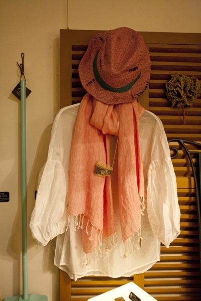 ギャザーリブブラウス(生地から縫製まで全て日本製)¥9,240。リネンストール ¥4,725。天然石ビーズネックレス(フェアトレードアイテム)¥3,800。