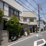 左手の2階がUchiさん。この道を真っすぐいくと大塔宮(鎌倉宮)。交差しているのは荏柄天神社の参道です。