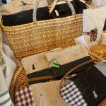 プティボヌールさんの繊細なクロスステッチの布ポーチやミニバッグ(¥1,500~)。