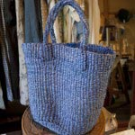 最近良く売れるという手編みのバックや籠から。ケニアのサイザルbag小(¥2,800)。
