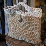 OCOさんの手編みbag(¥3,600~)。持ち手は裂き編みです。