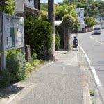 左手に「銚子ノ井」の石碑が見えます。この細い道を入ります。人がすれ違えないくらいの細さ。写真奥は名越トンネルです。