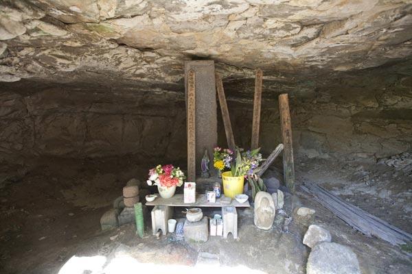 三浦泰村供養塔。頼朝墓の東側に法華堂跡があり、そこにあるやぐらのひとつに供養塔があります。