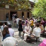 円覚寺佛日庵、開基廟の前に設えられた席でフランス田舎料理とロゼワインを楽しみます。