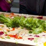 新鮮な野菜をつけて食べるアートです。