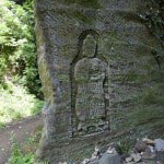 岩壁には仏が彫られています。
