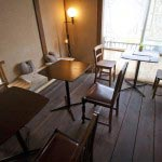カフェスペース。参道を見下ろします。