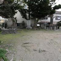 和田塚。小さな公園のようになっていて石碑がいくつか建てられています。