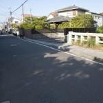 裁許橋は佐助川に架かります。直進すると六地蔵交差点。手前は市役所前交差点、鎌倉駅の方向です。