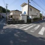 針磨橋は見過ごしてしまいそうなくらい道路と宅地に溶け込んでしまっています。直進すると稲村ケ崎、手前は極楽寺駅方面です。