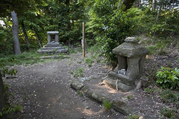 大切岸へと向かう途中にある石廟。
