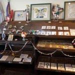 molnでは定期的に個展や特集が組まれます。写真はイシイリョウコ個展「屋根裏の夜の住人たち」。