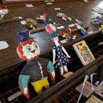 イシイリョウコ個展「屋根裏の夜の住人たち」から手縫いのハンドペイン人形、フクロウさん(13,800円)、うさぎ帽のおかっぱちゃん(17,800円)。
