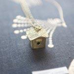 真鍮作家mauveの鳥のおうちのネックレス、綺麗な鈴の音が鳴ります(19,950円)。