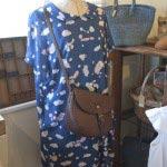 絵を装うようなnesessairの水彩ワンピース(28,350円)。Dove&Oliveのショルダーバッグ(36,750円)と一緒に。
