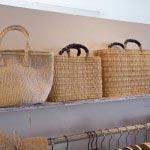 ストローのカゴバッグやサイザルバッグは夏の装いに好相性です(2,310円~4,725円)。