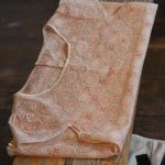 haupiaのピンクの花刺繍ブラウス(16,800円)。