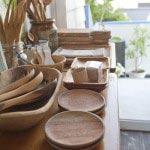 オリーブや花梨,パインの木を手彫りしたカトラリーや器たち、315円~3,675円。
