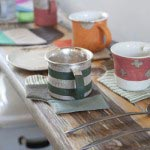 布作家によるコースター、陶芸家による陶器、鉄作家によるカトラリー。全部揃えてハンドメイド作品を組み合わせて楽しんでみたくなります。945円~10,500円。