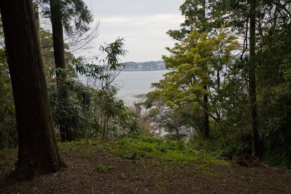 材木座、和賀江嶋を臨む山にあります。