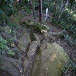 〔地図⑮〕巨石の上を歩き蛇行する細い道。