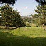 茶屋から大平山に至る道は舗装されており、右手にはゴルフ場が広がっています。