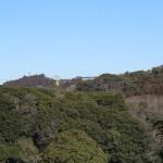 天園ハイキングコース瑞泉寺〜獅子舞上合流地点間。大平山のあたりに鎌倉カントリーのクラブハウスがみえます。近代建築は興ざめです。