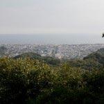 〔地図⑱〕十王岩からの展望。ここがちょうど鶴岡八幡宮の真後ろあたりですから、若宮大路、由比ケ浜を一望できます。