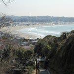山門前から由比ケ浜・相模湾を臨みます。