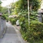 明王院を右に曲がって細い道を行くと、写真中央の道の中程あたりに出てきます。