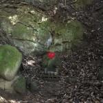 〔地図23〕天園ハイキングコース瑞泉寺〜獅子舞上合流地点間にある貝吹き地藏。1333年鎌倉陥落、東勝寺にて自害した北条高時の首を守りながら敗走する北条の部下たちを守るため貝を吹き鳴らしたという伝説のお地蔵様。