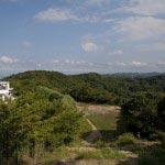 〔地図⑪〕鎌倉市最高地点からの眺望。左手の白い建物はゴルフ場のクラブハウスです。自然のままならもっと素晴らしい景色と環境だったでしょう。