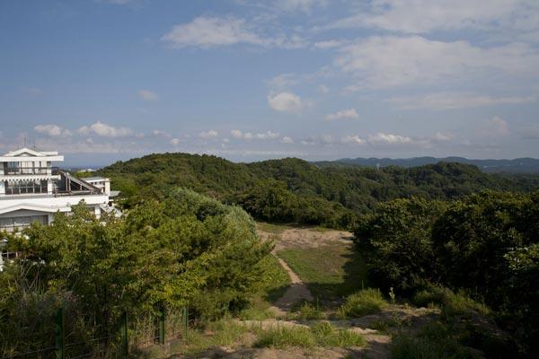 鎌倉市最高地点からの眺望。左手の白い建物はゴルフ場のクラブハウスです。自然のままならもっと素晴らしい景色と環境だったでしょう。