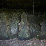 中には壁面に五輪塔が掘られたものもあります。
