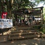 〔地図⑩〕上手の休憩所、天園峠の茶屋。ジュース150円、缶ビール350円など。一品購入すれば休憩できます。