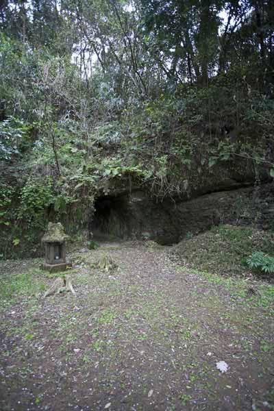 住吉城址。御堂の右側には石塔とトンネルの入口が見えます。