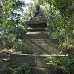 〔地図⑰〕こんな山の上に薬師如来様の石像。