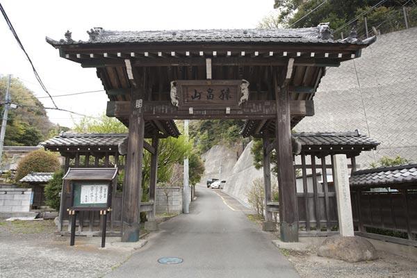 法性寺山門。左手には横須賀線の線路が走っています。