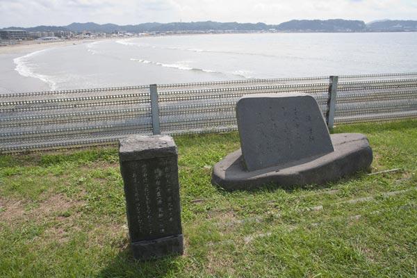 由比ケ浜をのぞむ歌碑。長谷駅を降りたら海に向かってください。海岸線を走る国道134号線に出たら稲村ケ崎方面へ歩くと公演が見えてきます。その中にあります。