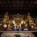 龍口寺本堂内の御本尊を前に手を合わせます。※本堂内の撮影は許可を得て行っています。