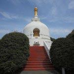 龍口寺の仏舎利塔。経八稲荷堂から階段をのぼり途中を左手に進むと見えてきます。1970年(昭和45年)建立。内部には釈尊の御真骨を安置します。