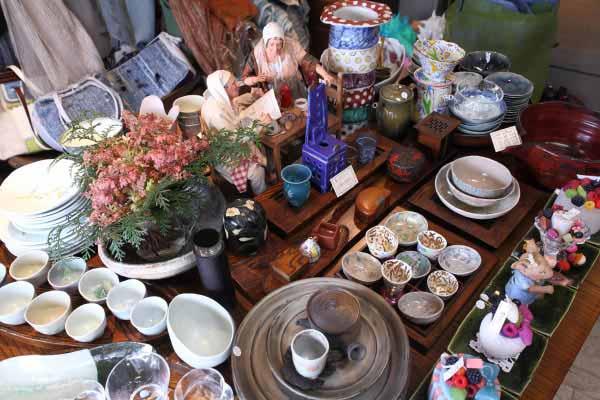 Meri Hariの一番目立つこのテーブルは季節ごとに来客を楽しませてくれます。