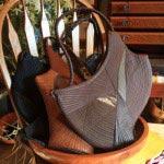 竹田安嵯代 作、創作バッグ、38,000円~68,000円。型紙なしでつくる世界で一つだけのバッグです。オブジェのようでありながら身体にフィットする機能性があります。素材は革、染布、酒袋、絹帯地など。