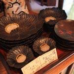 漆器作家、川添日記さんの茶托、小皿など。牡丹のしずく皿、5枚一組49,350円。2.5寸の茶托、5枚一組42,000円 他。ばら売りも応じてくれます。