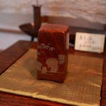 漆器作家、泉泰代さんの蓋もの、52,500円。福寿草と笹の葉の蒔絵が施されています。