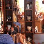 食器がならぶ鏡の棚もサントン人形があるといきいきとしてきます。