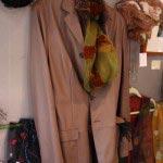 Bottega Venetaのレザージャケット(メンズ)、23万円。セール品ですが、左腕の一部に傷があるため価格はさらに相談に応じてくれるとのこと。絹紗のスカーフ(18,900円)は京都在住のテキスタイルアート作家、上田恭子さんのもの。