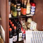 松本大久保醸造店の梅しょうゆやノーベル賞授賞式の後の晩餐会に使われたオリーブオイル、Dauroなど、選りすぐりの食材が並べられています。