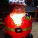 オープン時からクリスマスシーズンに登場するふくよかなサンタ。お店の前を通る人たちの目をひく人気者です。